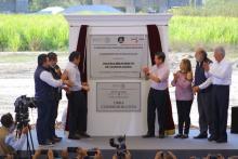 Foto del presidente Enrique Peña Nieto y el Gobernador Aristóteles Sandoval con otros funcionarios, inaugurando con una placa conmemorativa el macrolibramiento de Guadalajara.
