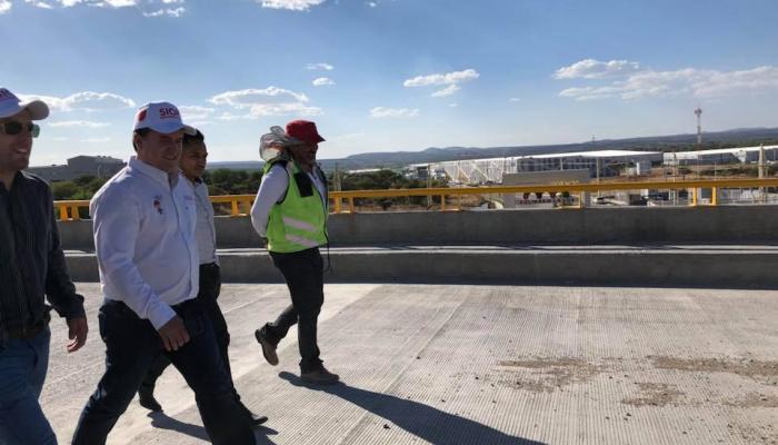 Foto del secretario y otros funcionarios caminando por una de las obras de Vamos juntos.