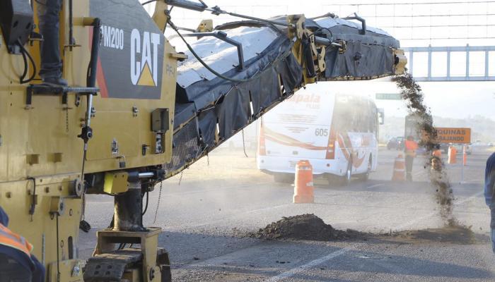 Foto de una máquina en la rehabilitación de la carretera a Chapala.