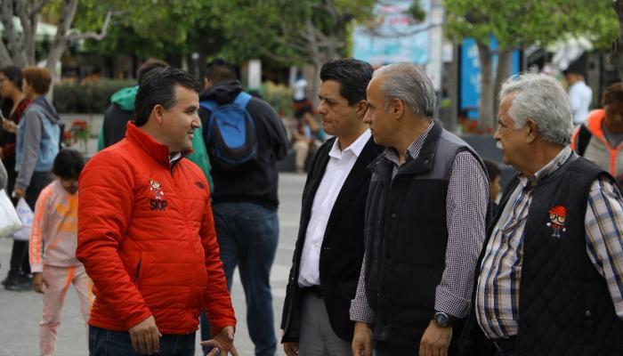 Foto del secretario con representantes del comercio organizado del Centro Histórico.