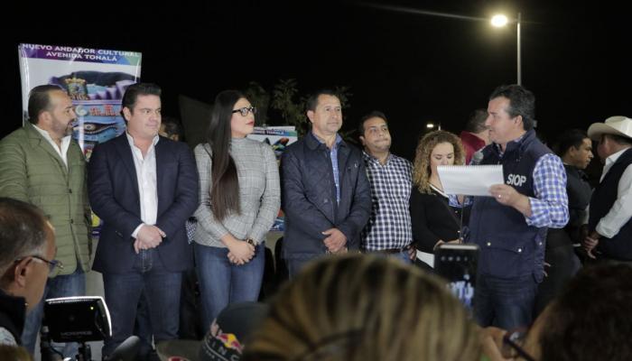 Foto del gobernador Aristóteles Sandoval, el secretario y otros funcionarios por la noche inaugurando la renovación de imagen urbana.