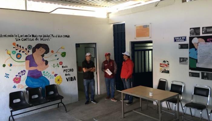 Foto del secretario con otras personas supervisando una obra en un Centro de Salud.
